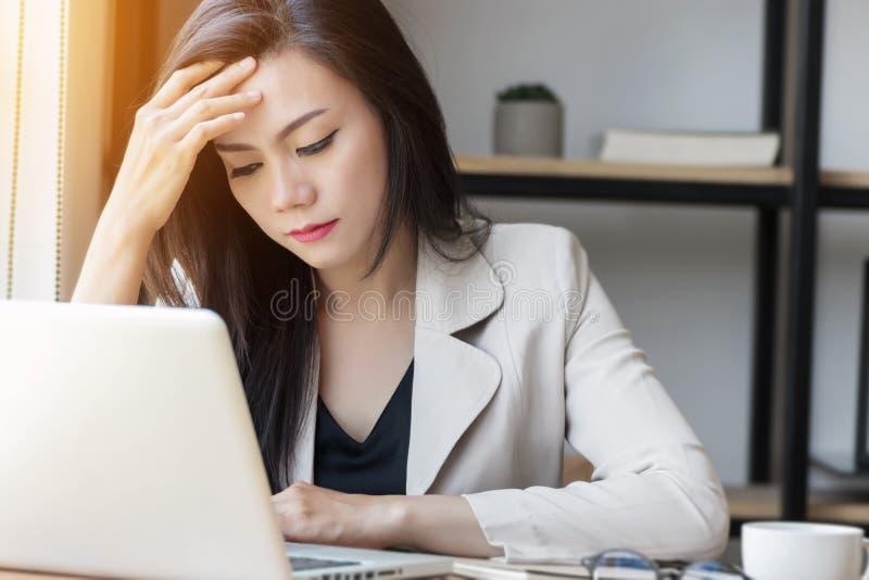 Mulher asiática nova no trabalho, mulher deprimida do esforço no escritório fotos de stock royalty free