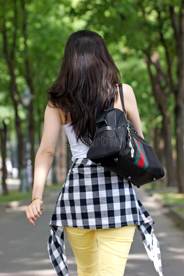 Mulher asiática nova que anda, foto da parte traseira. fotografia de stock