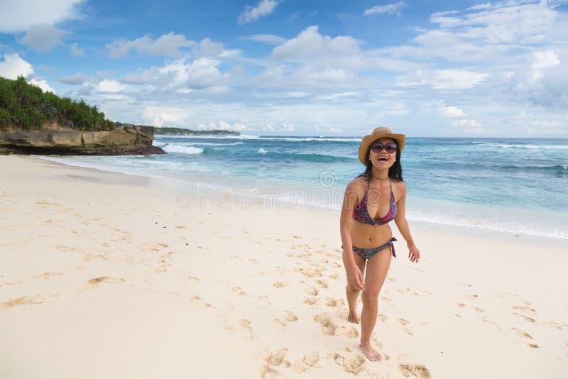 Mulher asiática nova que anda na praia de Lembongan em Bali em Indonesi foto de stock royalty free