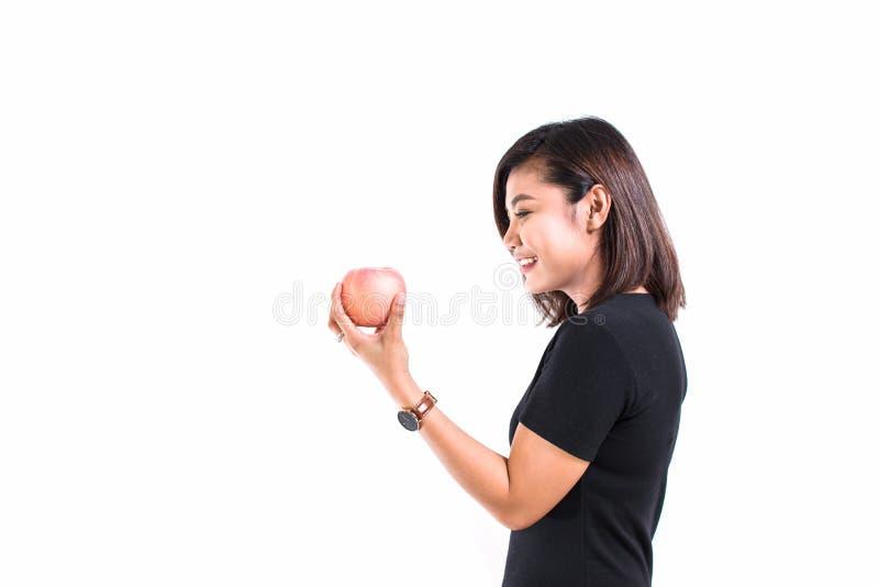 Mulher asiática nova que guarda a maçã vermelha clara no fundo branco P foto de stock