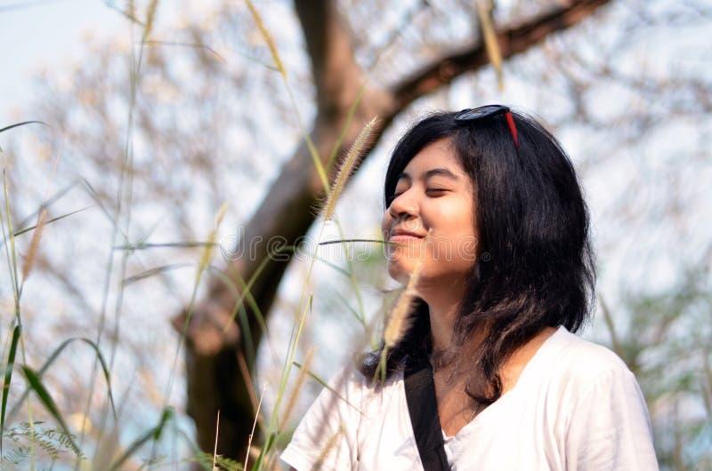 Mulher asiática nova que respira o ar fresco fotografia de stock royalty free