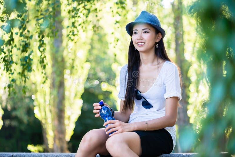 Mulher asiática nova que sorri no parque fotos de stock