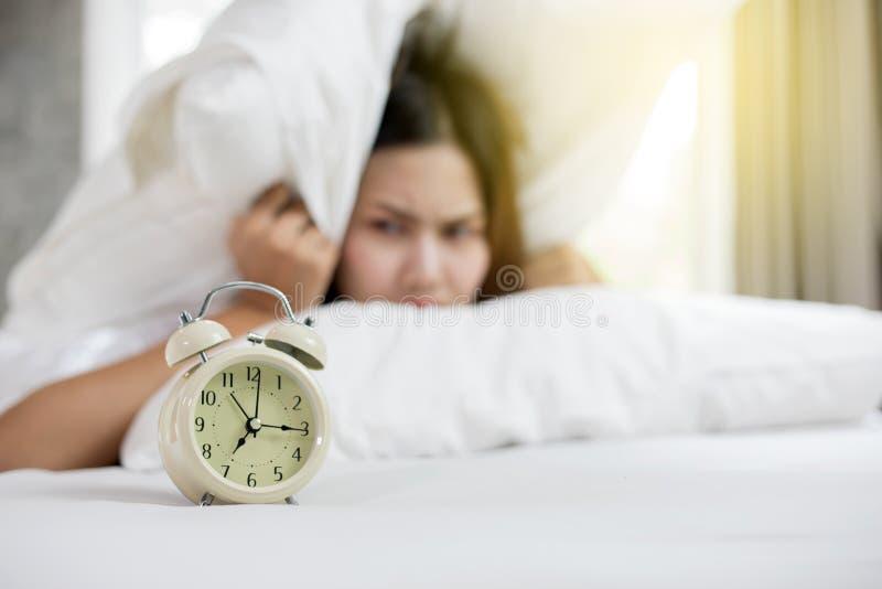 A mulher asiática odeia acordar cedo na manhã Lo sonolento da menina imagens de stock royalty free