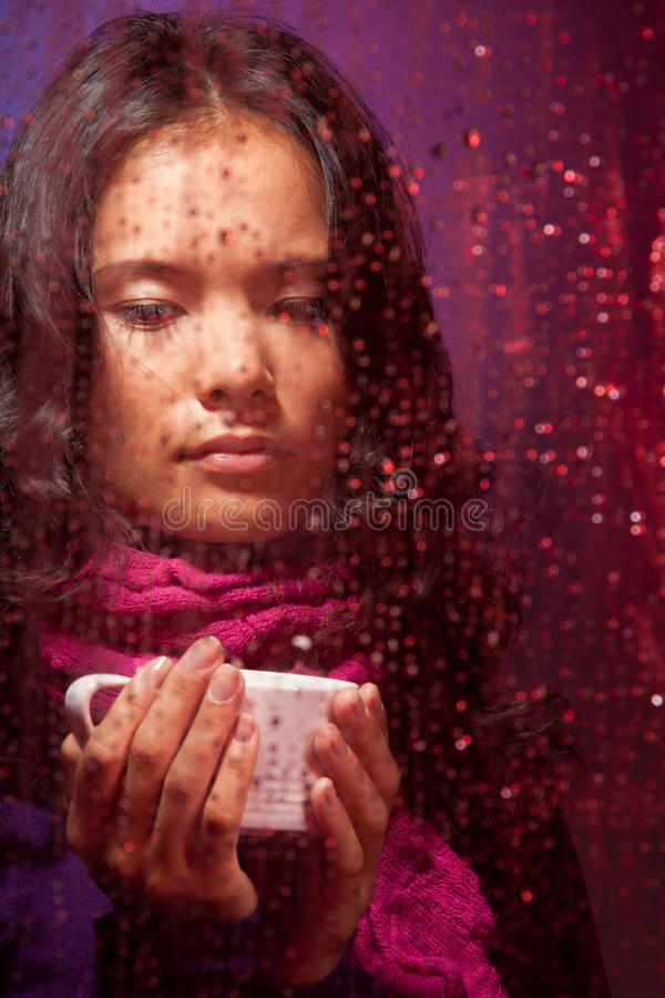 Mulher asiática pensativa no tempo chuvoso imagem de stock