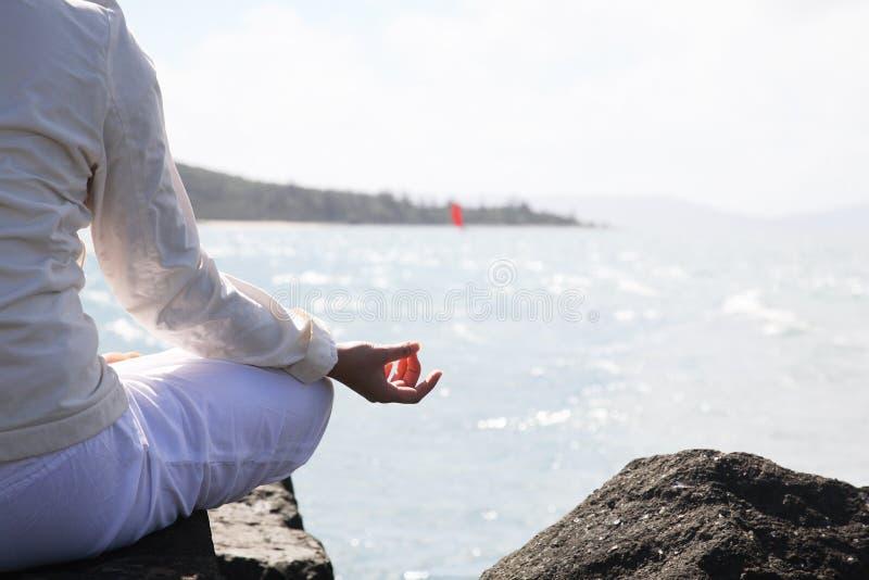 A mulher asiática pratica a ioga fotografia de stock