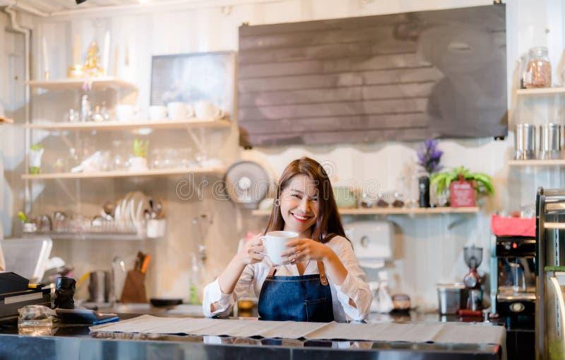 Mulher asiática profissional Barista prepara café no balcão de café imagens de stock