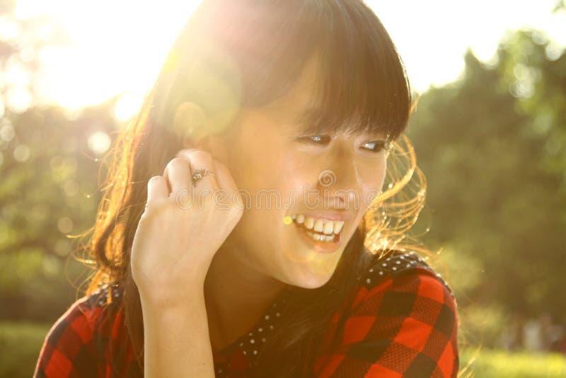 Mulher asiática que aprecia a natureza na luz solar imagem de stock royalty free