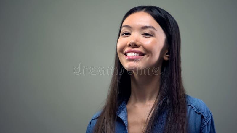 Mulher asiática que aprecia o sorriso perfeito após os dentes que claream o stomatology dos cuidados dentários fotos de stock