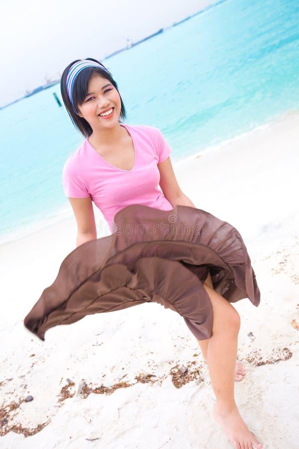 Mulher asiática que aprecia sendo pela praia tropical fotografia de stock royalty free