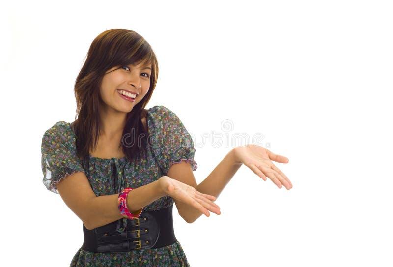 Mulher asiática que apresenta um produto fotografia de stock royalty free
