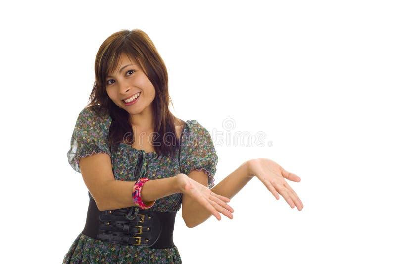 Mulher asiática que apresenta um produto foto de stock