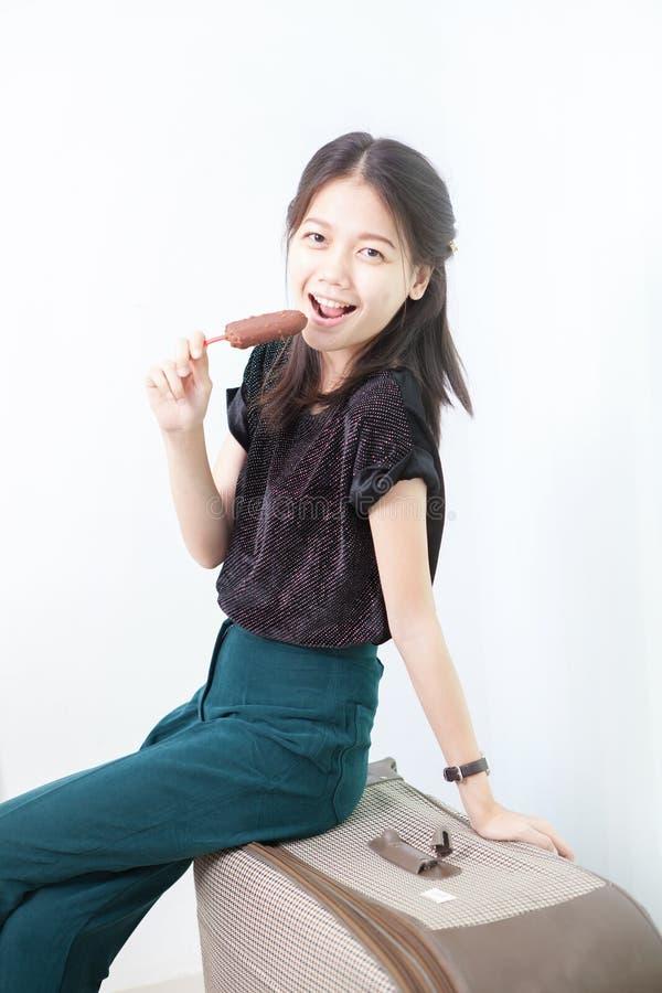 Mulher asiática que come o gelado imagem de stock royalty free