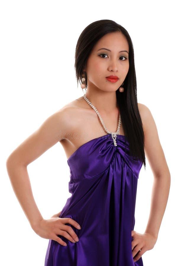 Mulher asiática que desgasta um vestido roxo fotos de stock royalty free
