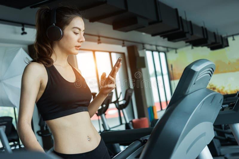Mulher asiática que exercita no gym, exercício da jovem mulher na aptidão imagens de stock royalty free