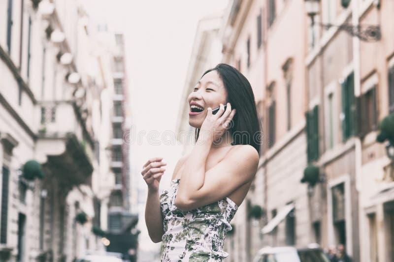 Mulher asiática que fala e que sorri foto de stock royalty free