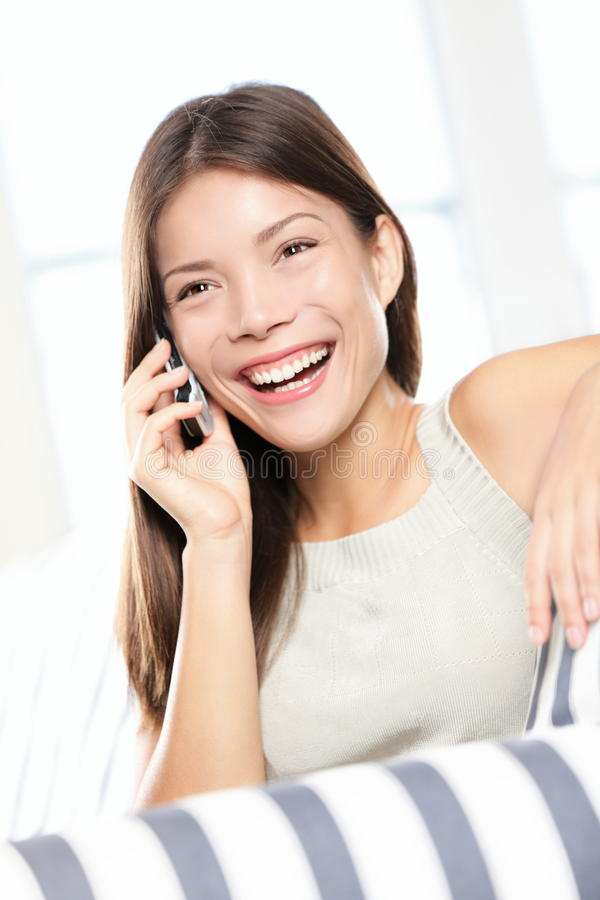 Mulher asiática que fala no telefone esperto fotos de stock