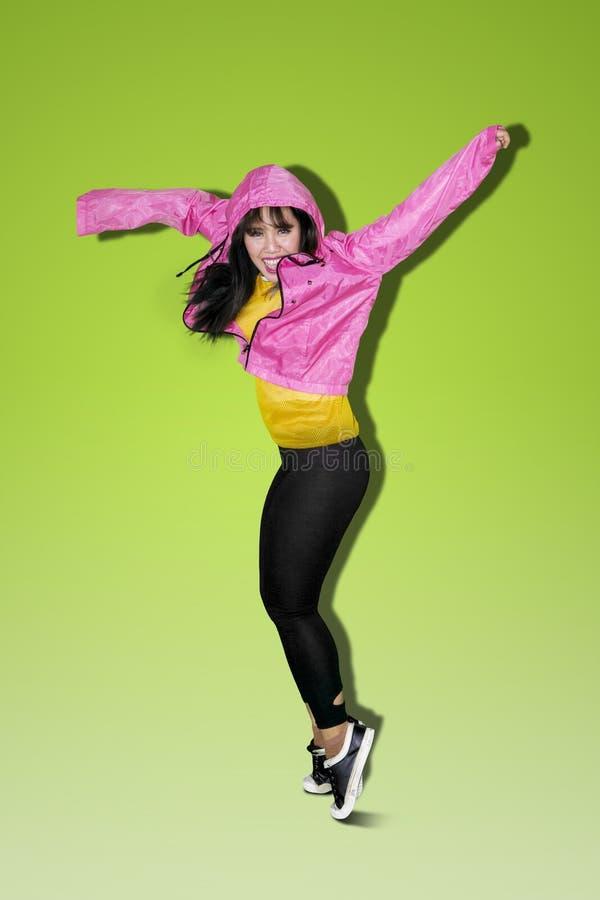 Mulher asiática que faz a dança do hip-hop imagem de stock royalty free