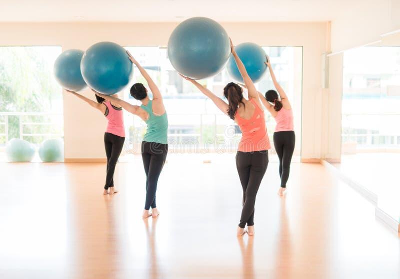 Mulher asiática que faz a ioga no estúdio da ioga imagens de stock royalty free