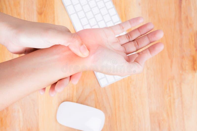 Mulher asiática que faz massagens a mão dolorosa foto de stock royalty free