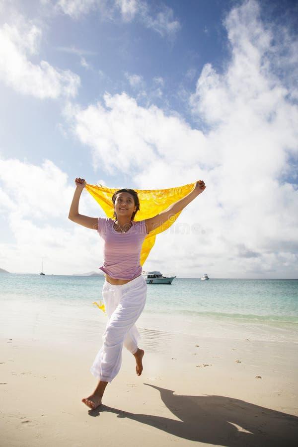 Mulher asiática que funciona na praia fotos de stock