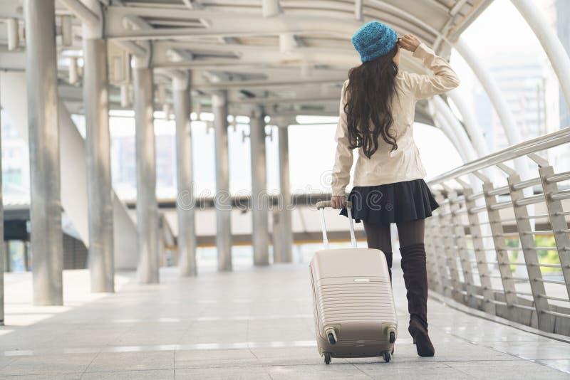 Mulher asiática que guarda a bagagem foto de stock