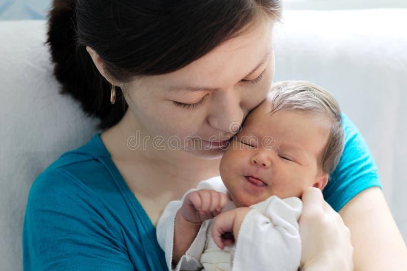 Mulher asiática que guarda o bebê infantil fotos de stock royalty free