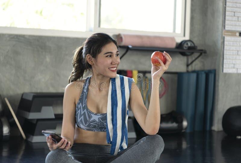 Mulher asiática que mantém a maçã vermelha para comer saudável conceito do estilo de vida da sa?de da dieta foto de stock