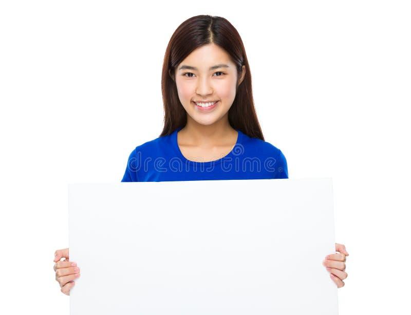 Mulher asiática que mostra um sinal vazio do cartaz fotos de stock royalty free