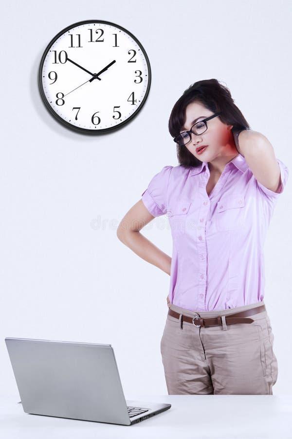 Mulher asiática que obtém a dor de pescoço 1 fotografia de stock