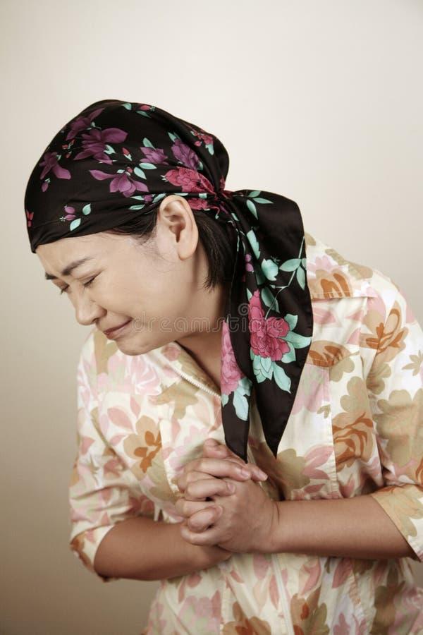 Mulher asiática que olha forçada foto de stock
