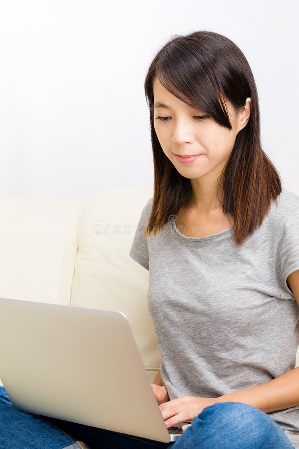 Mulher asiática que olha o caderno imagem de stock
