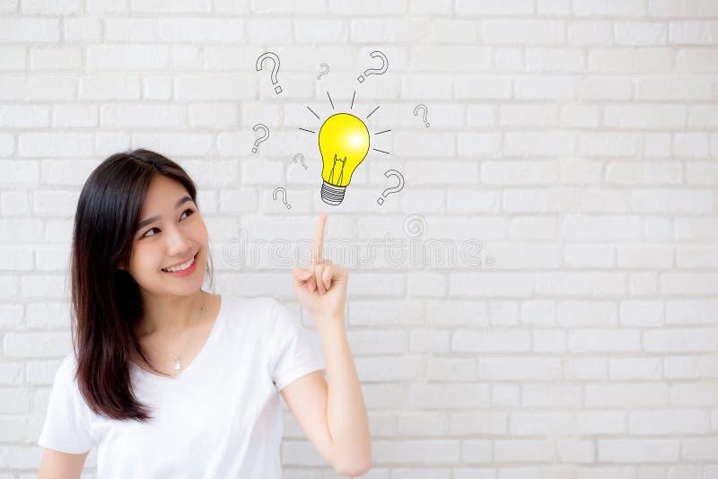 Mulher asiática que pensa com ponto de interrogação do desenho para a decisão e fotos de stock