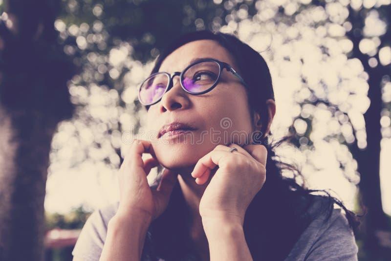 Mulher asiática que pensa sobre o futuro fotografia de stock royalty free