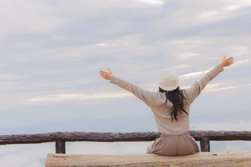 Mulher asiática que relaxa sobre uma montanha fotografia de stock royalty free