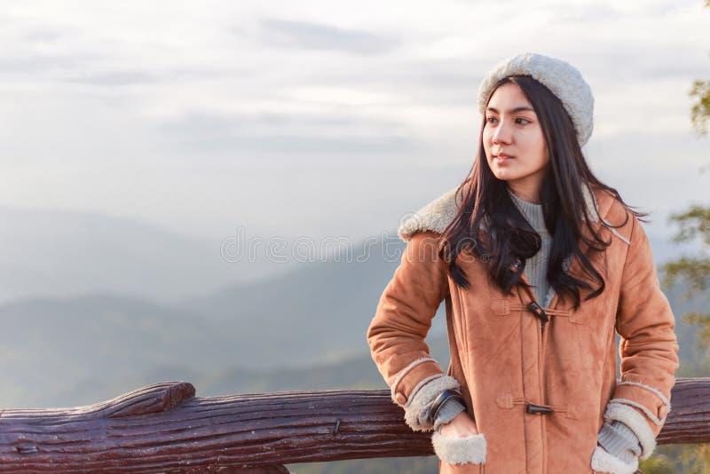 Mulher asiática que relaxa sobre uma montanha imagens de stock royalty free