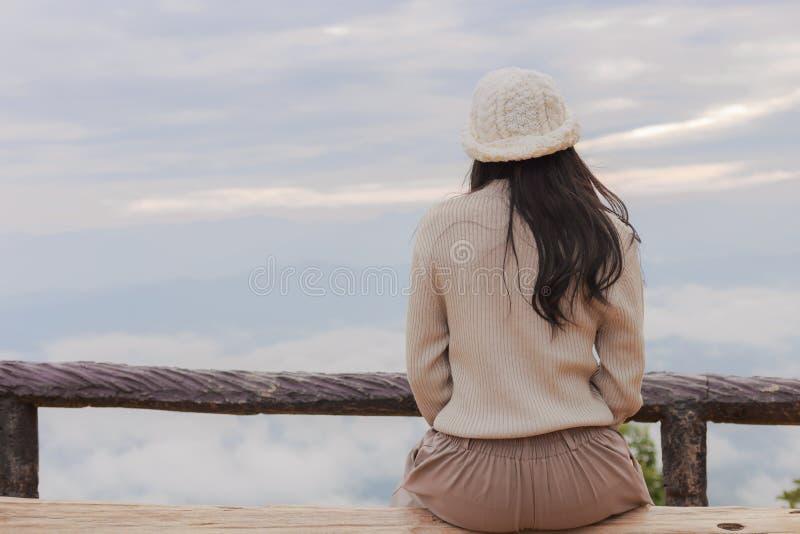 Mulher asiática que relaxa sobre uma montanha foto de stock