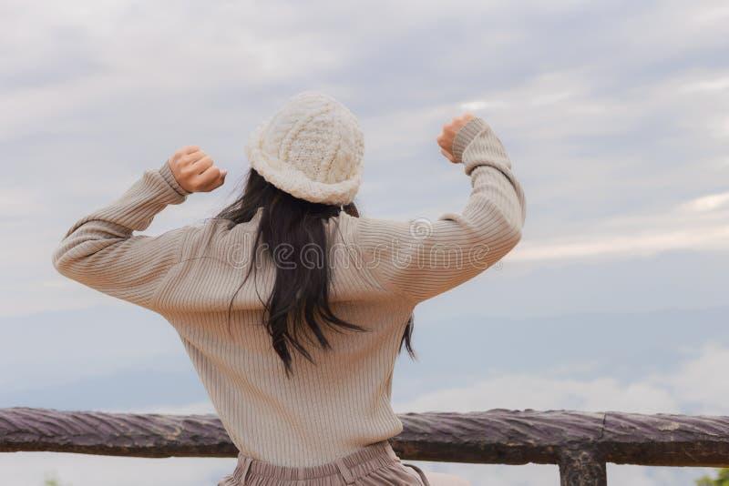 Mulher asiática que relaxa sobre uma montanha fotos de stock royalty free