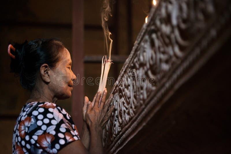 Mulher asiática que reza com varas do incenso foto de stock royalty free