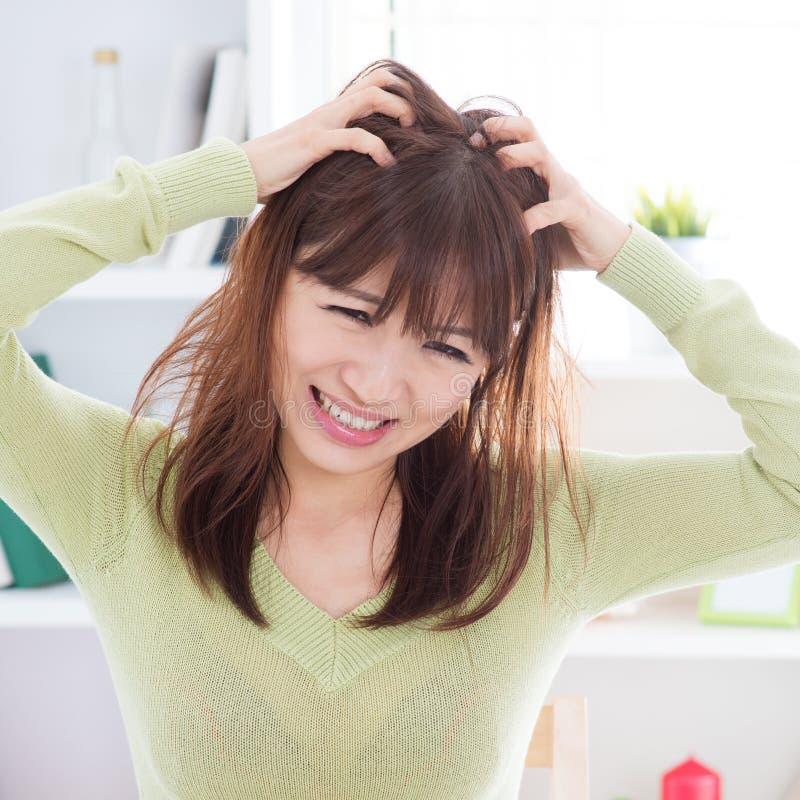 Mulher asiática que risca a cabeça sarnento imagens de stock