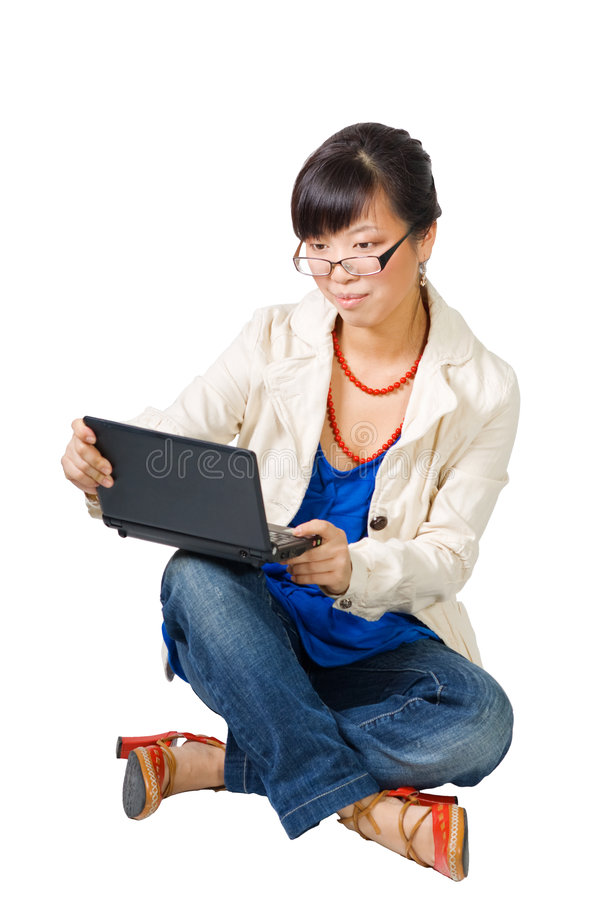 Mulher asiática que senta-se com netbook imagens de stock royalty free
