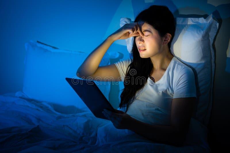 Mulher asiática que sente a pressão intraocular alta imagens de stock