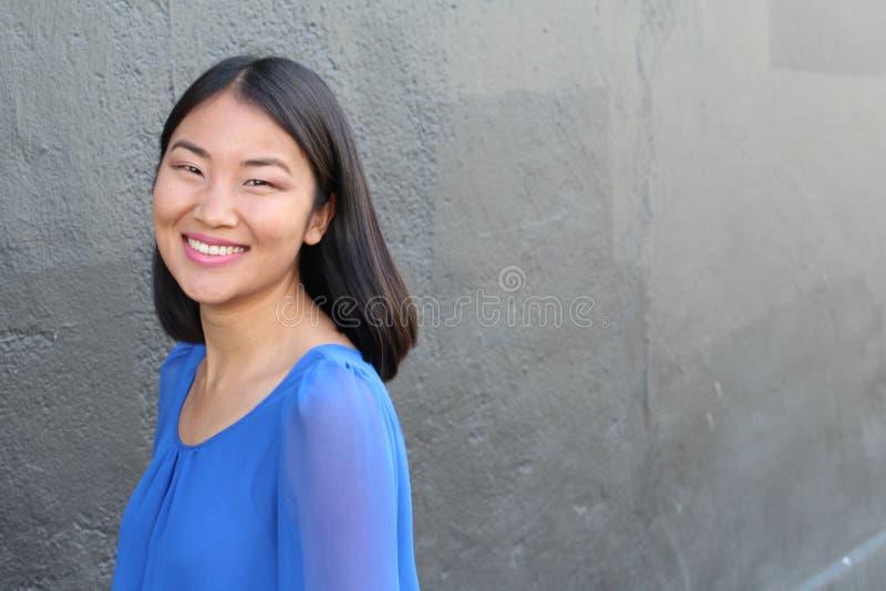 Mulher asiática que sorri e que ri com espaço da cópia imagens de stock royalty free