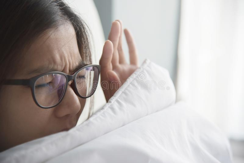 Mulher asiática que tem o problema sobre levantar-se cedo na manhã foto de stock royalty free