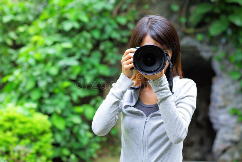 Mulher asiática que toma a foto fotografia de stock
