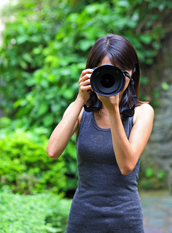 Mulher asiática que toma a foto foto de stock royalty free