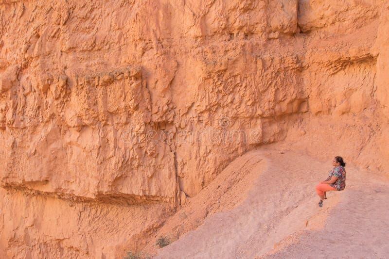 Mulher asiática que toma uma ruptura em Bryce Canyon foto de stock royalty free
