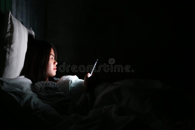 Mulher asiática que usa o smartphone para verificar meios sociais com o ícone imagem de stock royalty free