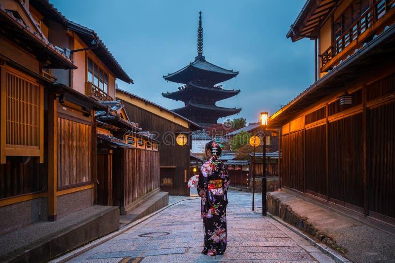 Mulher asiática que veste o quimono tradicional japonês no pagode de Yasaka e a rua de Sannen Zaka em Kyoto, Japão foto de stock