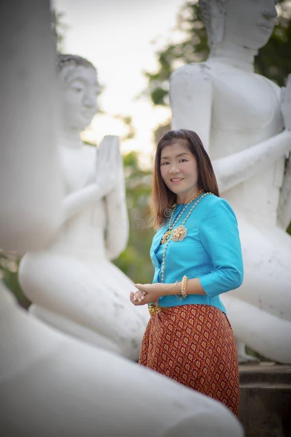 A mulher asiática que veste a tradição tailandesa veste a posição em ayutthaya fotografia de stock royalty free