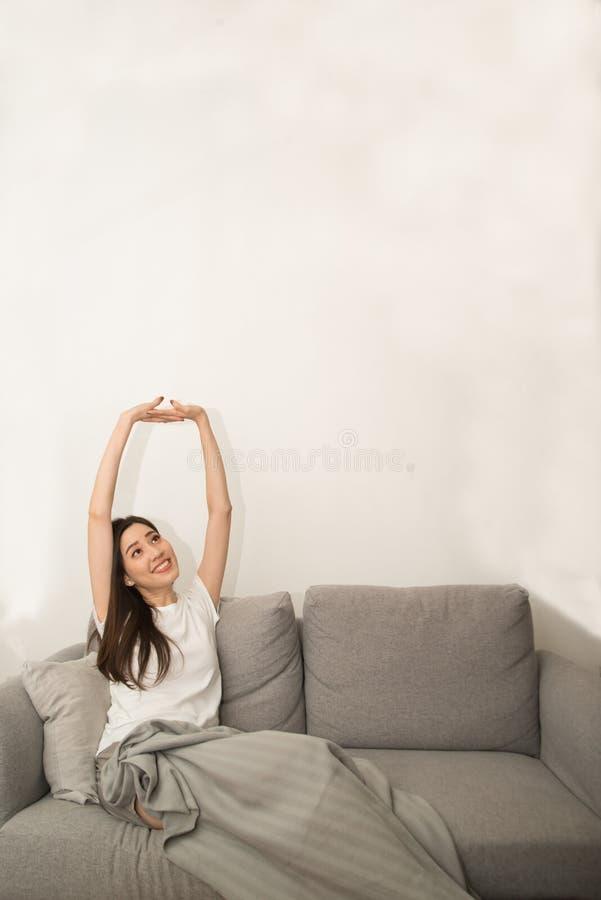 Mulher asiática relaxado e respiração de descanso fresca no sofá fotos de stock